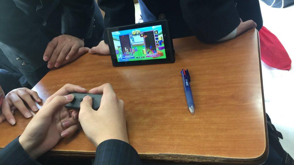 【朗報】ニンテンドースイッチを学校に持ち込んでプレイする生徒が多数出現!!スイッチブーム来るか!?